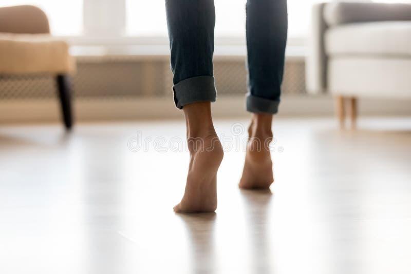 Os pés da mulher da vista traseira colocam saltos o fim acima dos suportes na ponta do pé foto de stock royalty free