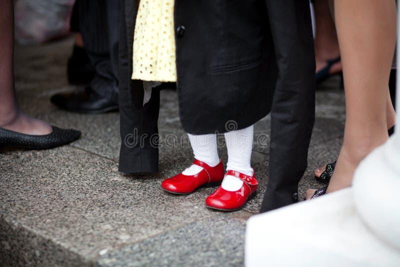 Os pés das crianças nas sapatas fotografia de stock