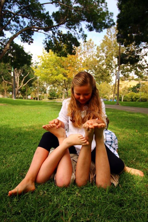 Os pés das crianças que agradam fotografia de stock royalty free