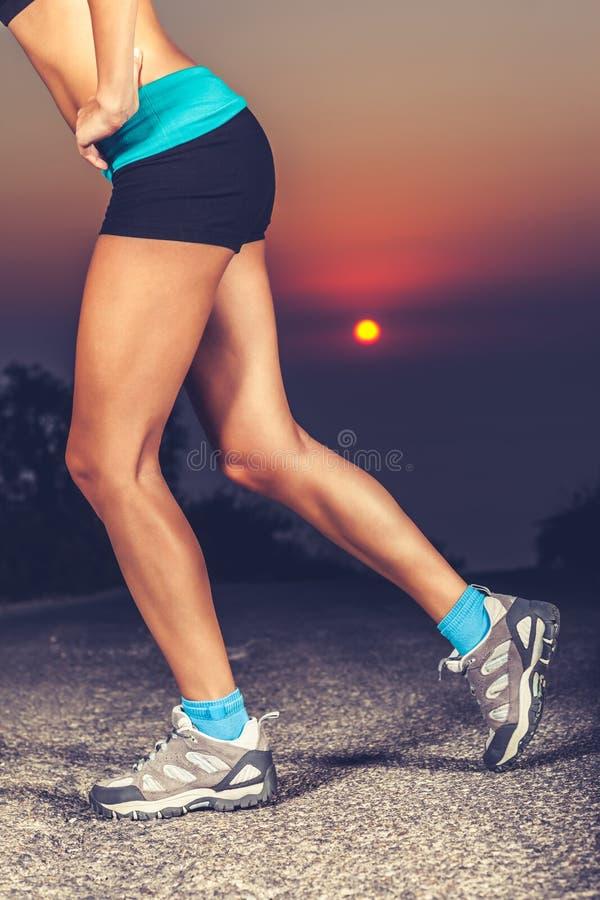 Os pés desportivos das mulheres bonitas foto de stock royalty free