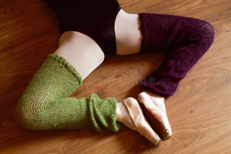 Os pés do dançarino de bailado com pointe calçam fazer o esticão fotos de stock