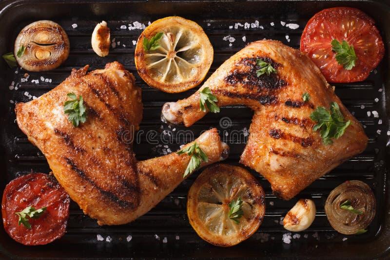 Os pés e os vegetais de galinha na grade filtram o close up Horiz da vista superior fotografia de stock