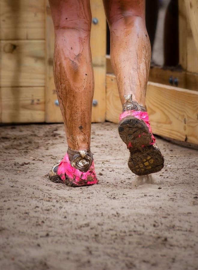 Os pés enlameados de corredor de raça da lama fotografia de stock