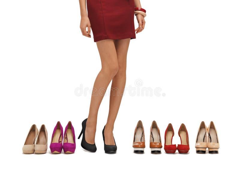 Os pés longos da mulher com saltos altos fotografia de stock royalty free