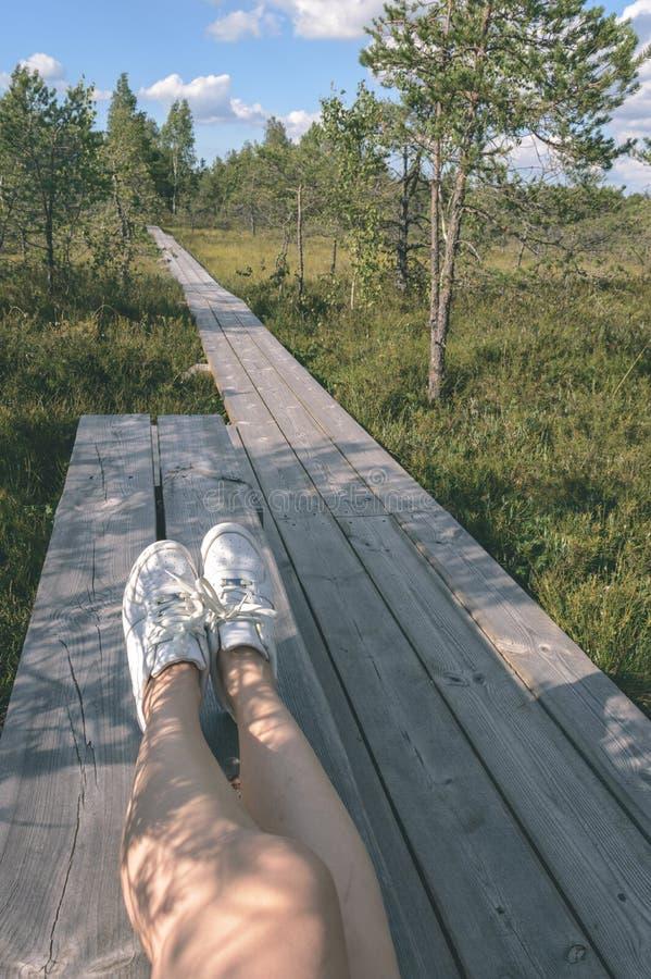 os pés no trajeto - olhar da mulher do filme do vintage fotos de stock