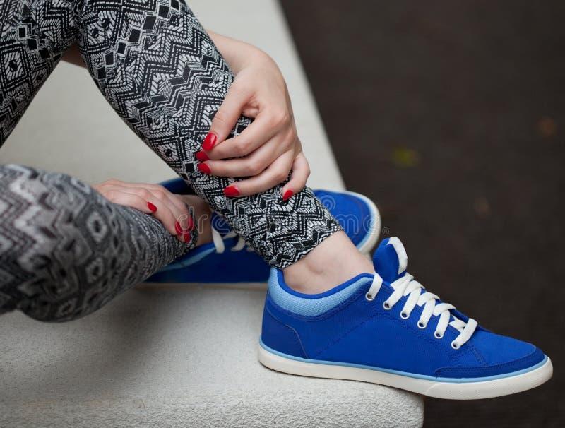 Os pés, os pés, e as mãos da jovem mulher imagem de stock royalty free