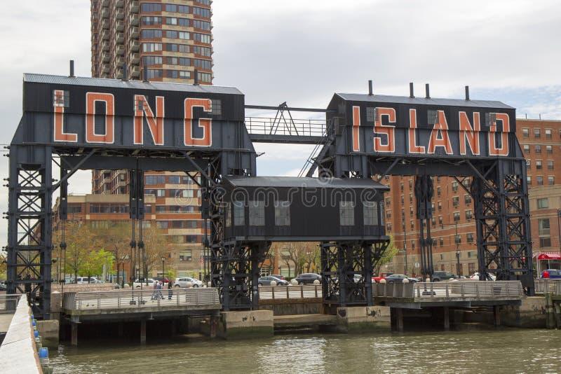 Os pórtico de aço históricos da estrada de ferro em caçadores apontam na cidade de Long Island, Queens fotos de stock