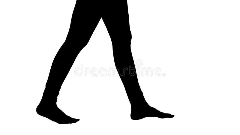 Os p?s da mulher da silhueta s?o desencapados e tomando etapas yoga foto de stock royalty free