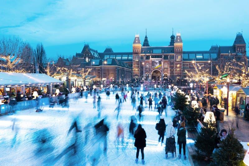 Os Países Baixos, Amsterdão - 18 de dezembro de 2018: pista de gelo do inverno em Amsterdão no quadrado do museu imagem de stock