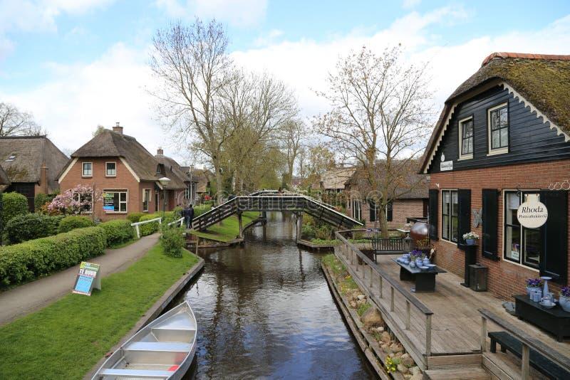 Os PAÍSES BAIXOS - 13 de abril: Molhe a vila em Giethoorn, os Países Baixos o 13 de abril de 2017 fotos de stock