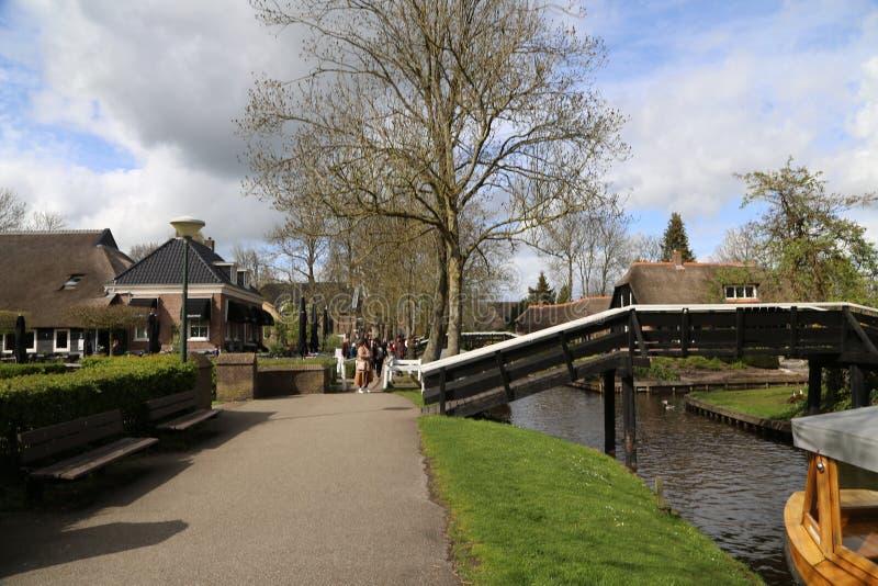Os PAÍSES BAIXOS - 13 de abril: Molhe a vila em Giethoorn, os Países Baixos o 13 de abril de 2017 foto de stock