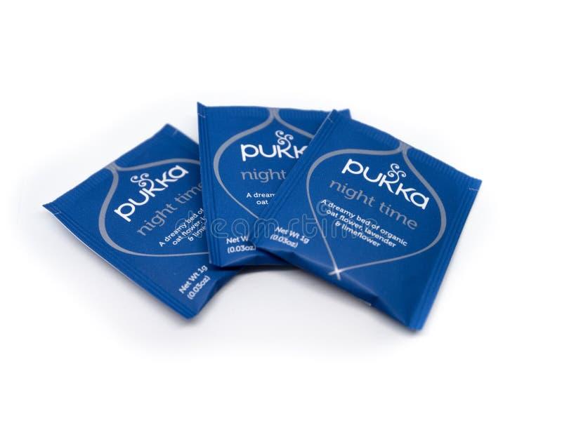 Os pacotes de chá completo são indicados em um fundo branco fotos de stock royalty free
