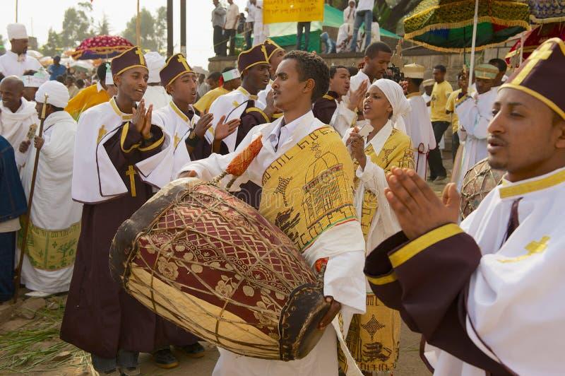 Os padres etíopes comemoram o festival ortodoxo religioso de Timkat que joga a música e que dança na rua em Addis Ababa, Etiópia fotografia de stock