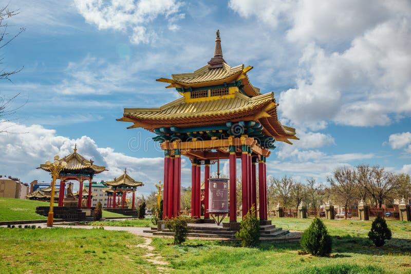 Os pagodes aproximam o domicílio dourado do templo da Buda Shakyamuni imagem de stock