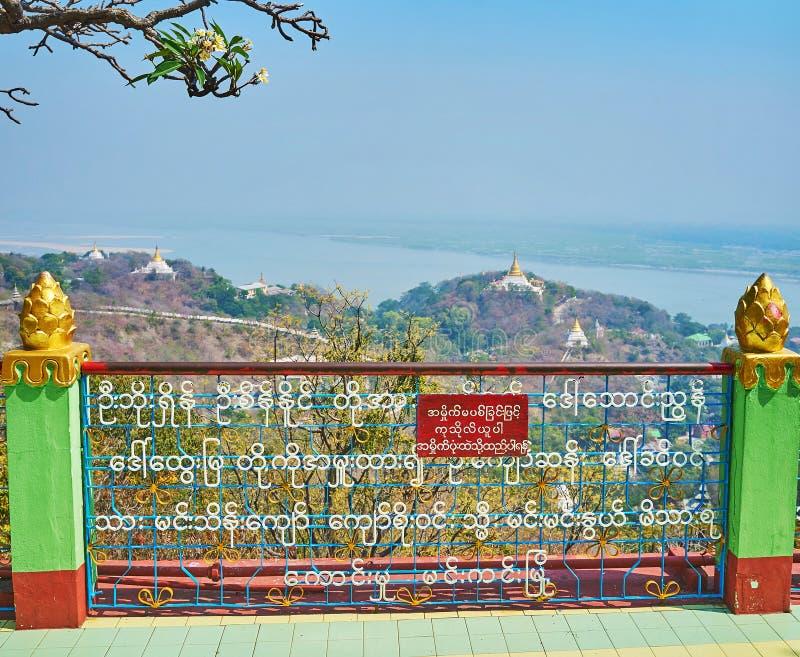 Os pagodes, os monastérios e o rio medievais esplêndidos de Ayeyarwady, Sagaing imagens de stock