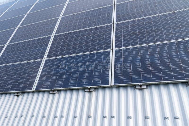 Os painéis solares da tecnologia enfileiram para a energia alternativa da eletricidade da ecologia foto de stock royalty free