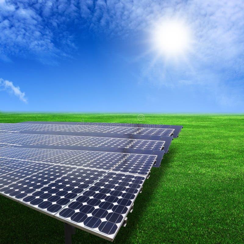 Os painéis solares produzem a energia do sol com foto de stock