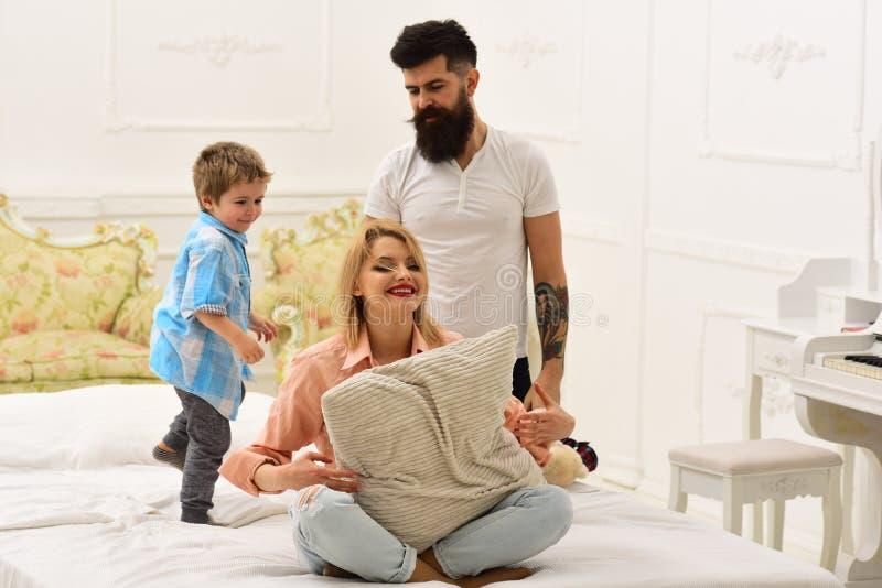 Os pais com caras felizes pagam a atenção para caçoar, jogo Conceito de fam?lia feliz Jogo da mãe e do pai com filho bonito novo foto de stock