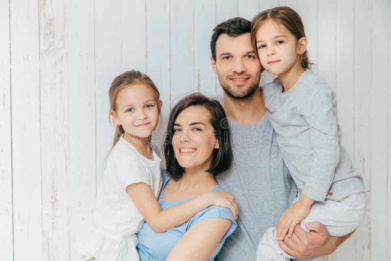 Os pais fêmeas e masculinos bonitos guardam seu daught bonito imagem de stock