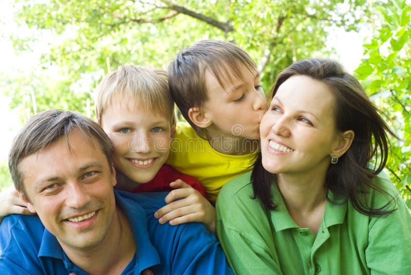 Os pais felizes são com crianças imagem de stock