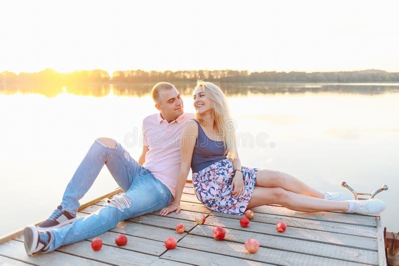 Os pais futuros novos relaxam na natureza fotografia de stock