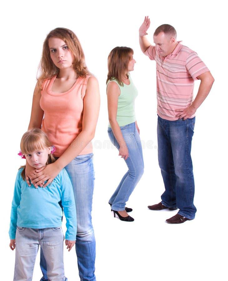 Os pais juram, e as crianças sofrem. imagem de stock