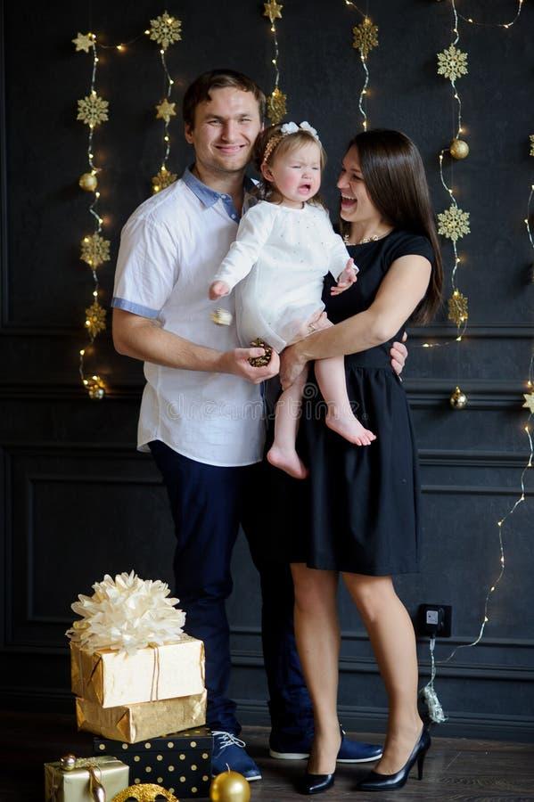 Os pais novos acalmam a criança de grito imagens de stock royalty free