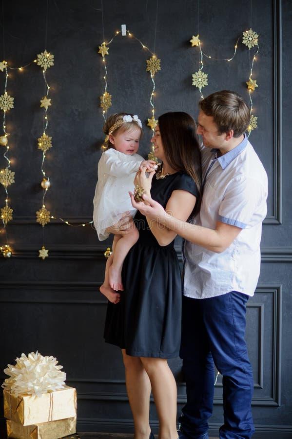 Os pais novos acalmam a criança de grito imagens de stock