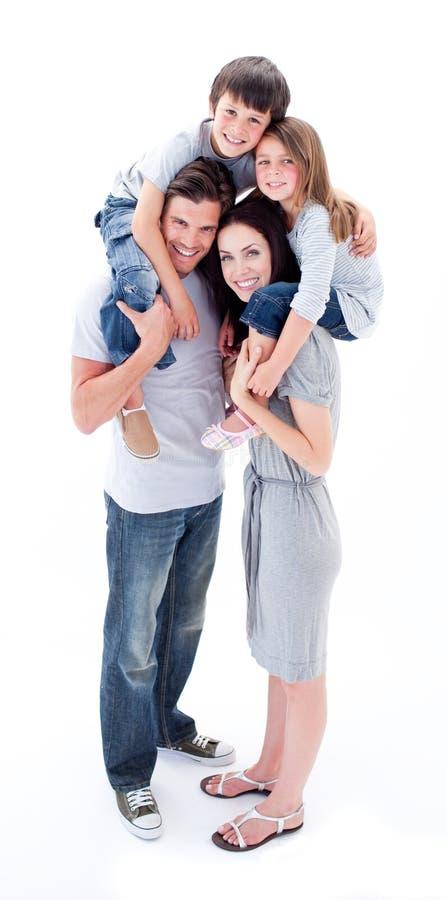 Os pais que dão suas crianças andam às cavalitas o passeio foto de stock royalty free
