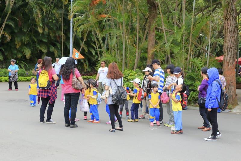 Os pais trazem suas crianças visitar a manda-chuva fotos de stock royalty free