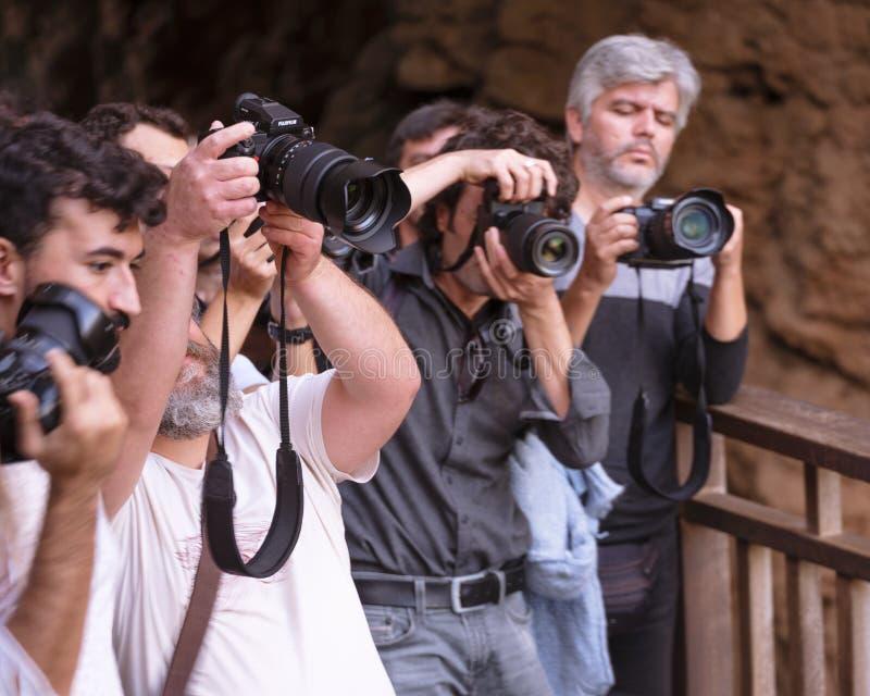 Os paparazzi dos fotógrafo estão disparando com a câmera profissional - Antalya, Turquia, 30 10 18 fotografia de stock royalty free