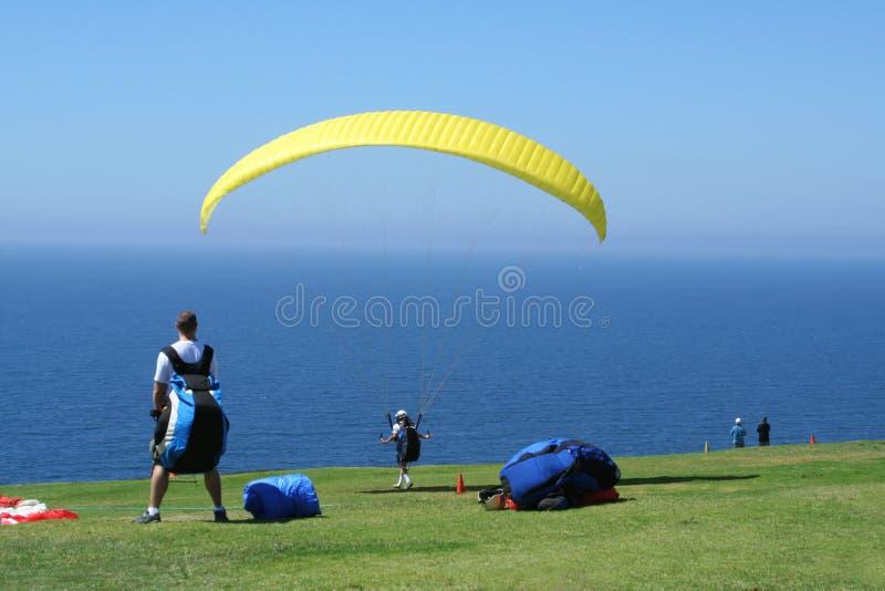 Os Paragliders preparam-se para o Liftoff foto de stock royalty free
