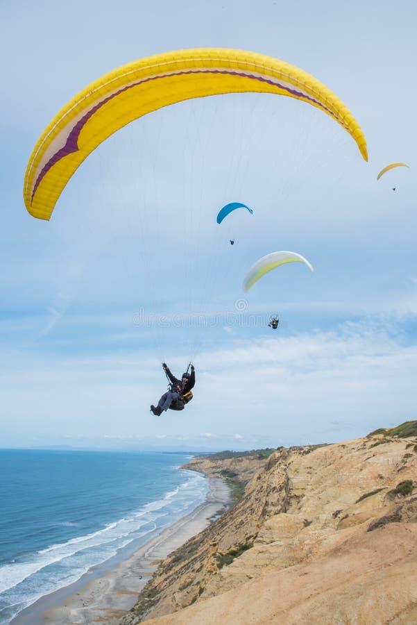 Os Paragliders sobem sobre o oceano fotos de stock royalty free