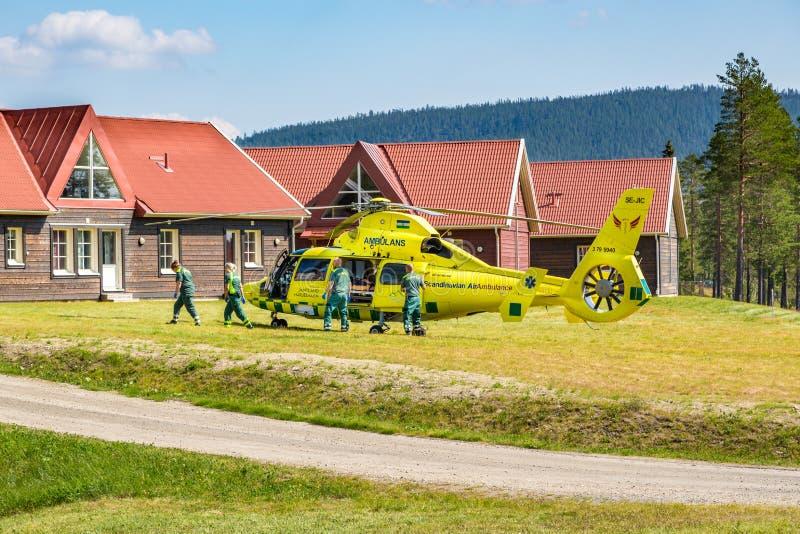 Os paramédicos ajudam o paciente no helicóptero da ambulância imagens de stock