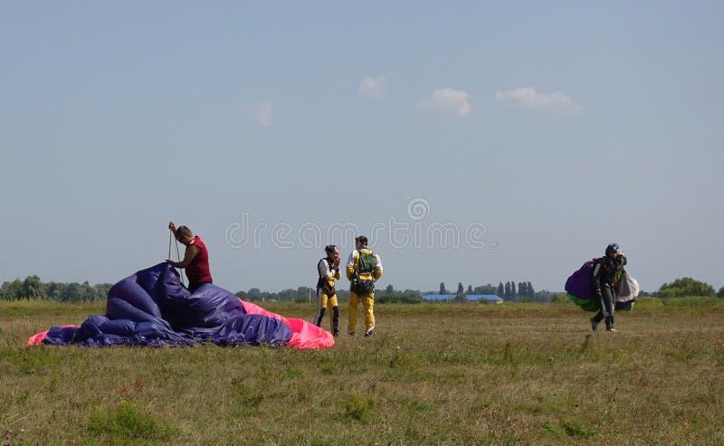Os paramilitares, após a aterrissagem comunicam-se no aeródromo fotos de stock royalty free