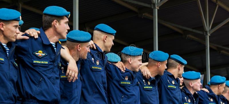 Os paramilitares em boinas azuis na celebração do dia das tropas transportadas por via aérea do russo imagem de stock royalty free