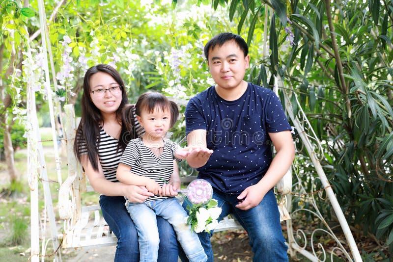 Os parenters felizes do pai da filha da mãe da mamã da família jogam e têm o divertimento no verão no pirulito alegre do sorriso  fotos de stock royalty free