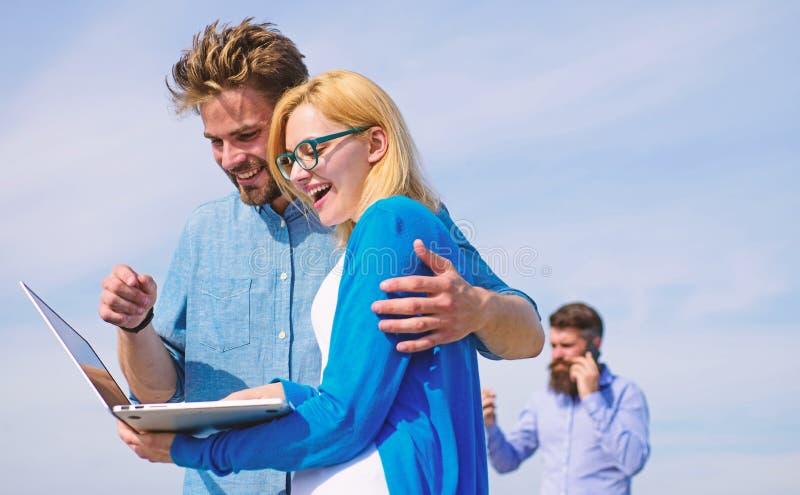 Os pares apreciam a chamada video com conexão a Internet perfeita equipam pelo contrário no fundo insatisfeito com seu operador m imagens de stock