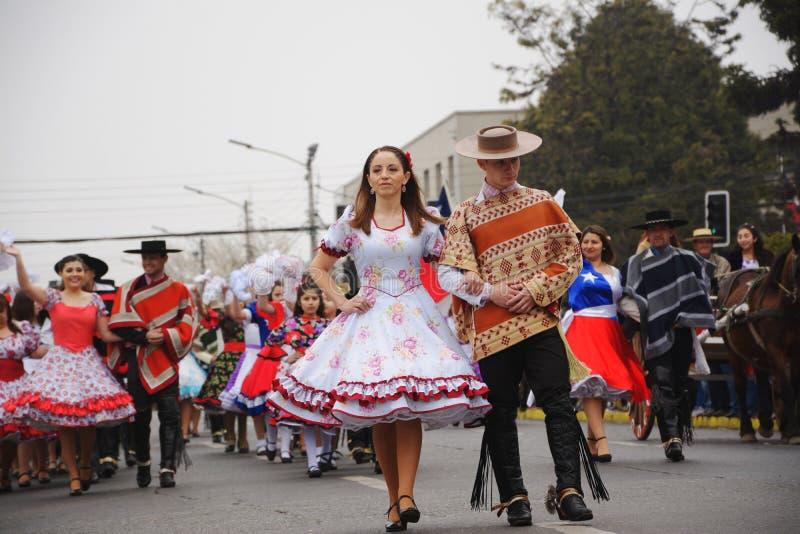 Os pares aprontam-se para dançar o cueca foto de stock royalty free
