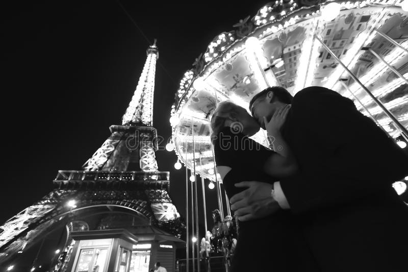 Os pares aproximam a torre Eiffel na noite fotografia de stock