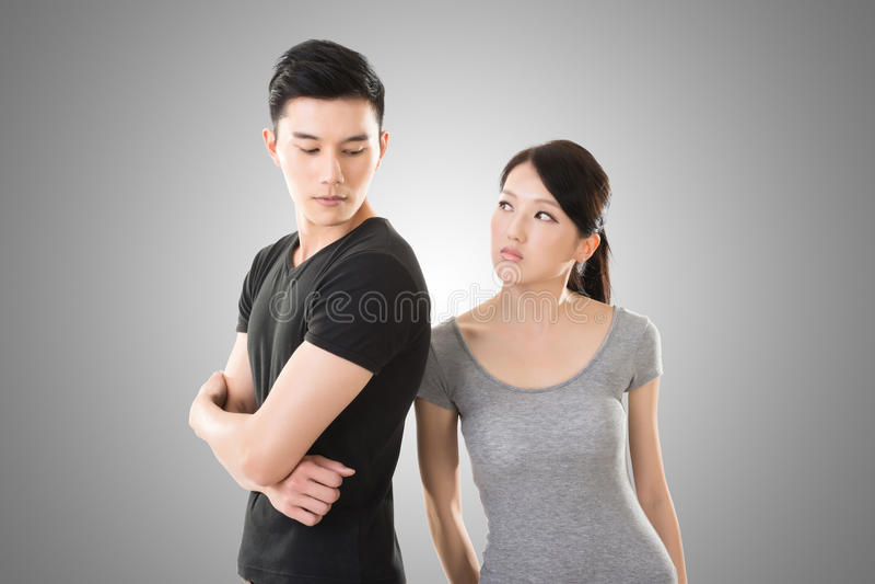 Os pares asiáticos discutem foto de stock