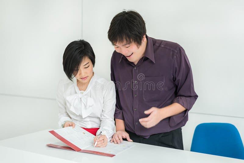 Os pares (asiáticos) tailandeses do negócio estão mostrando a expressão contente no thei fotos de stock