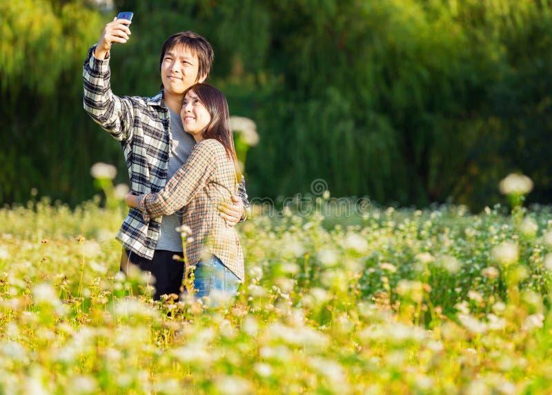 Os pares asiáticos tomam a foto fotos de stock