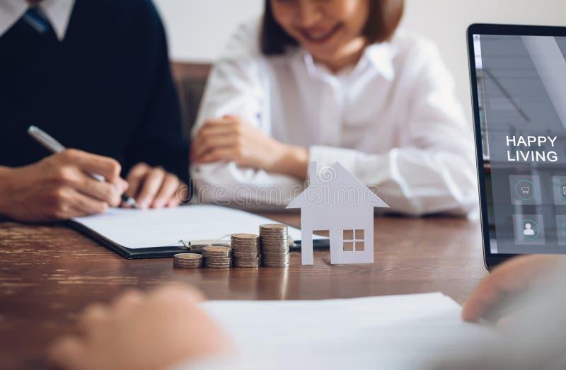 Os pares assinaram um contrato para comprar uma casa do corretor foto de stock royalty free