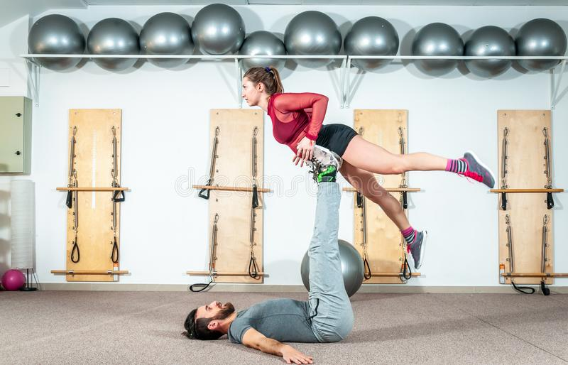 Os pares bonitos novos da aptidão malham o exercício acrobático extremo como a preparação para a competição, pessoa real do foco  foto de stock royalty free