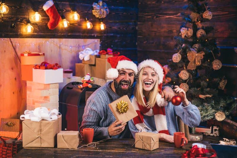 Os pares bonitos vestiram-se em um chap?u de Santa Claus Conceito do ano novo Natal da fam?lia feliz Feliz Natal e novo feliz foto de stock
