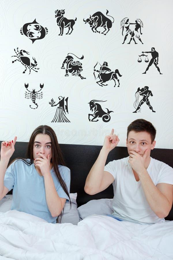 Os pares cercaram aparecer em sinais do zodíaco 12 do horóscopo imagem de stock royalty free