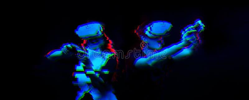 Os pares com os auriculares da realidade virtual estão jogando o jogo Imagem com efeito do pulso aleat?rio imagem de stock royalty free