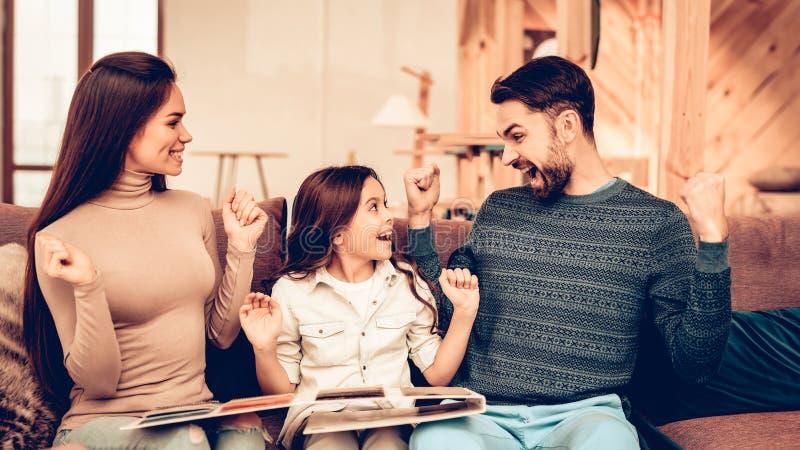 Os pares com filha foram à loja de móveis fotos de stock royalty free