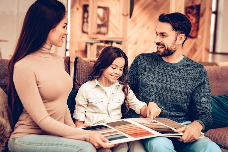 Os pares com filha foram à loja de móveis fotografia de stock royalty free